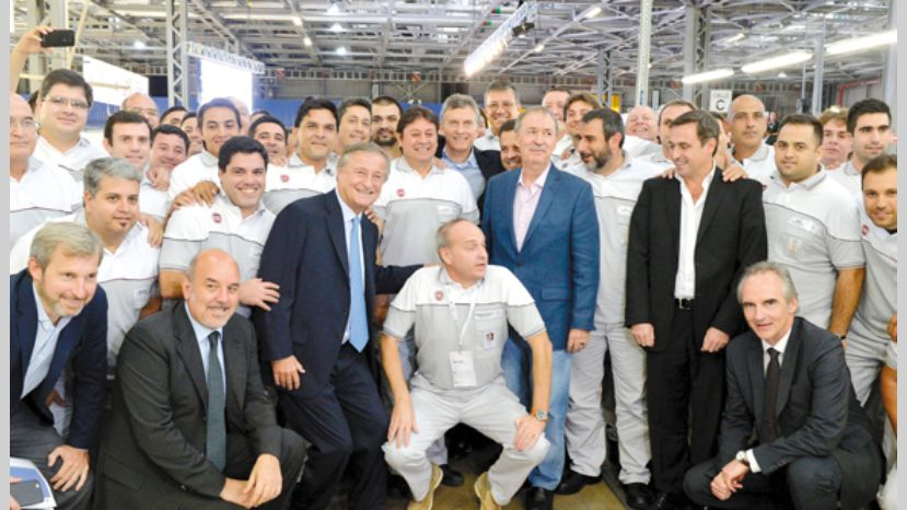 El CEO de Fiat Chrysler Argentina, Cristiano Ratazzi, junto a Mauricio Macri, Juan Schiaretti y Ramón Mestre, en la planta de Fiat Córdoba.
