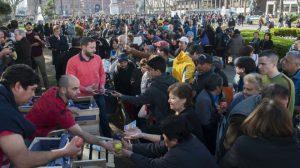 Los productores frutícolas afectados por la importación regalan fruta en Plaza de Mayo a modo de protesta.