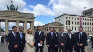 Foto de la comitiva que viajó a Alemania en julio de 2016, donde puede verse al presidente al lado de Oscar Romero.