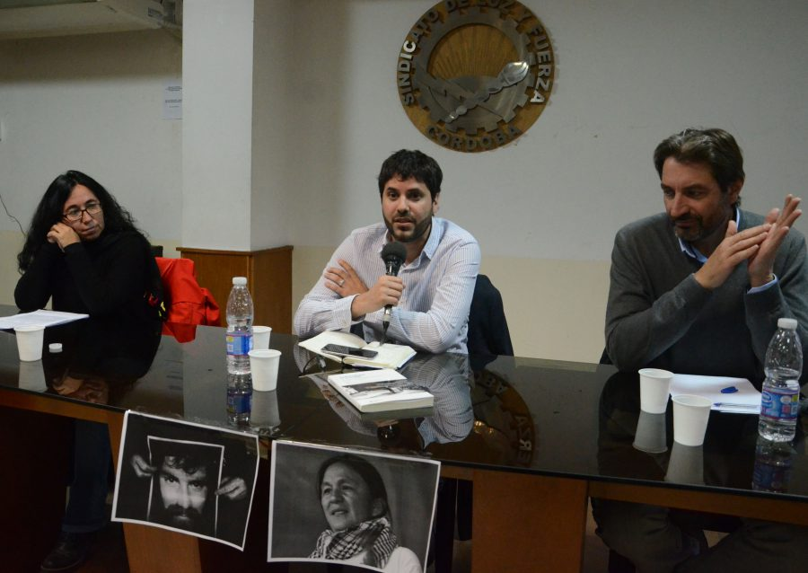 Silvia Morón presentando el libro junto a: Pablo Manzanelli, uno de los autores de la investigación, y Pablo Carro, flamante diputado electo por Córdoba, en el auditorio de Luz y Fuerza.