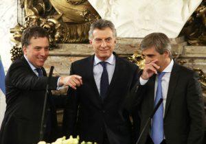 Macri, Dujovne y Caputo, una línea de tres que da menos seguridad que la selección en el mundial.