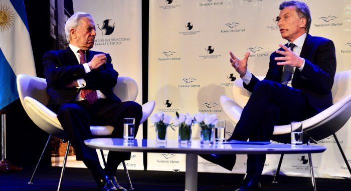 Mario Vargas Llosa junto a Mauricio Macri en la cena anual de la Fundación Libertad, en donde el Nobel de Literatura ofició de moderador con preguntas al mandatario argentino y al presidente chileno Sebastián Piñera sobre la crisis en Venezuela.